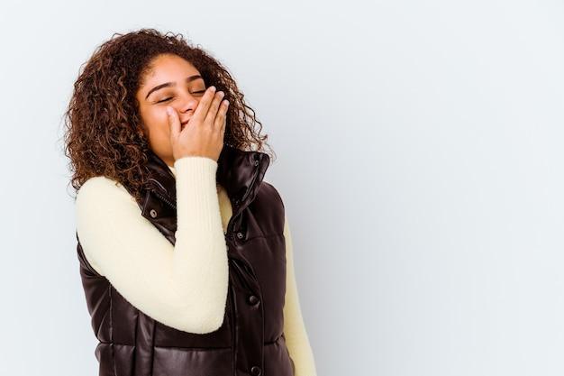 행복, 평온한, 자연 감정을 웃 고 흰색 배경에 고립 된 젊은 아프리카 계 미국인 여자.