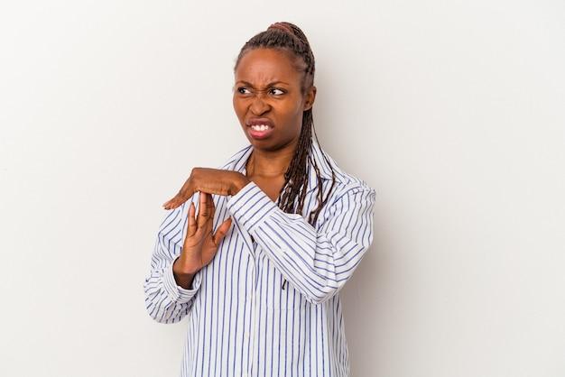 Молодая афро-американская женщина, изолированные на белом фоне, показывая жест тайм-аута.