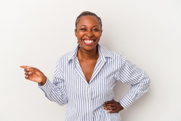 人差し指を離れて元気に指して微笑んで白い背景で隔離の若いアフリカ系アメリカ人女性。