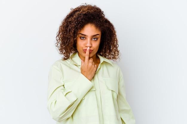 흰색 배경에 고립 된 젊은 아프리카 계 미국인 여자 생각 하 고 찾고, 반사 되 고, 고민, 환상을 데.