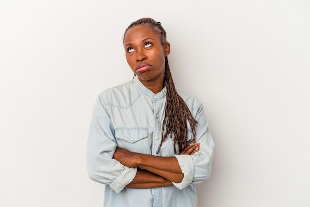 Молодая афро-американская женщина, изолированные на белом фоне, устала от повторяющейся задачи.