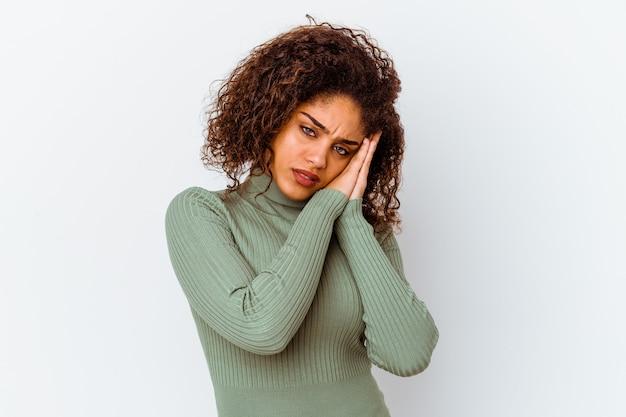흰색 배경에 고립 된 젊은 아프리카 계 미국인 여자 손으로 입을 덮고 피곤 된 제스처를 보여주는 품.