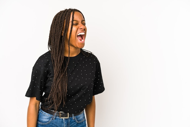 Молодая афро-американская женщина, изолированная на белом, кричит в сторону копии пространства