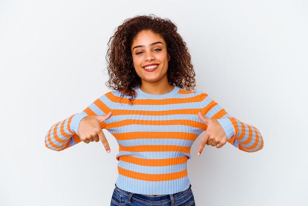 흰 벽에 고립 된 젊은 아프리카 계 미국인 여자는 손가락으로 아래로, 긍정적 인 느낌