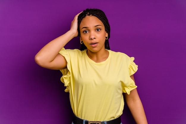 Молодая афро-американская женщина, изолированных на желтом фоне молодая афро-американская женщина, изолированных на желтом фоне в шоке, она вспомнила важную встречу.