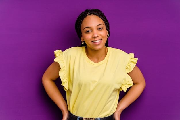 黄色の背景に分離された若いアフリカ系アメリカ人女性黄色の背景に分離された若いアフリカ系アメリカ人女性幸せ、笑顔、陽気な。