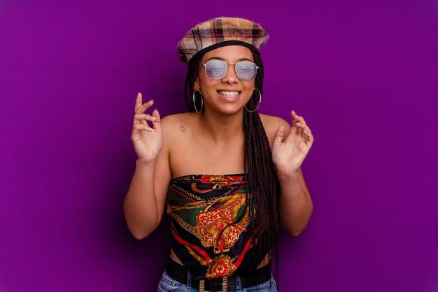 黄色の背景に分離された若いアフリカ系アメリカ人女性黄色の背景に分離された若いアフリカ系アメリカ人女性はたくさん笑ってうれしそうです。幸福の概念。