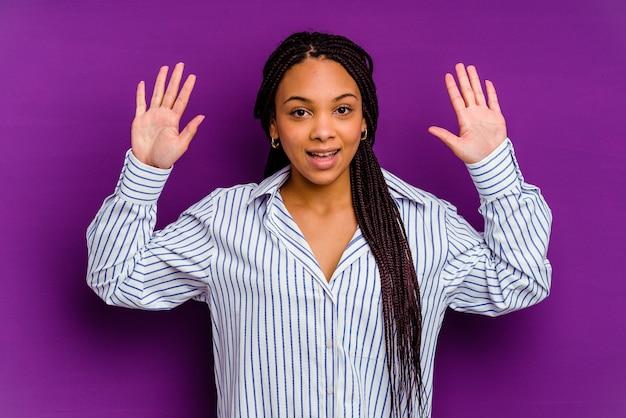 黄色の背景に分離された若いアフリカ系アメリカ人女性黄色の背景に分離された若いアフリカ系アメリカ人女性は、嬉しい驚きを受け取り、興奮し、手を上げます。