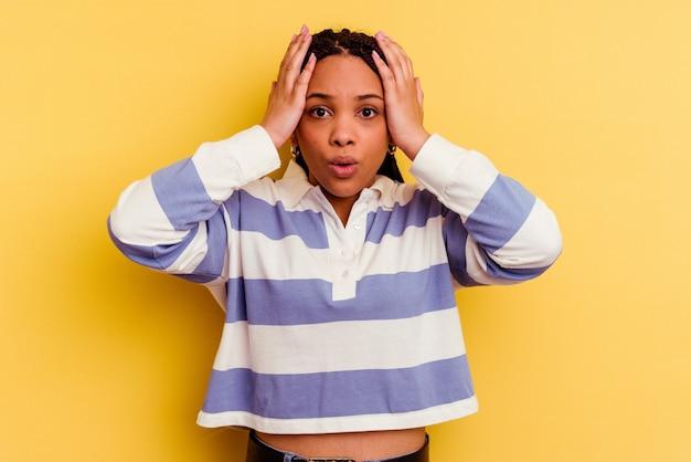 Молодая афро-американская женщина, изолированная на желтом шоке, вспомнила важную встречу.