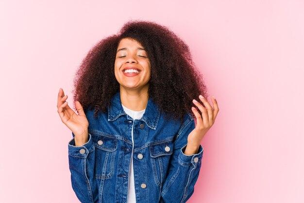 많이 웃고 즐거운 젊은 아프리카 계 미국인 여자. 행복 개념.