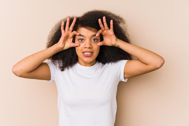 성공 기회를 찾기 위해 눈을 뜨고 젊은 아프리카 계 미국인 여자.