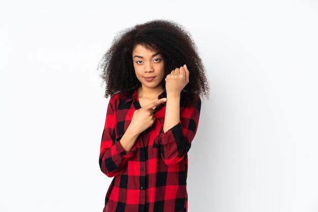 Молодая женщина афроамериканцев, делая жест опоздания