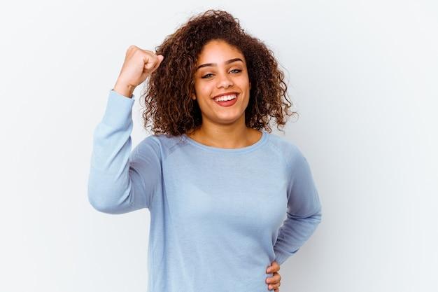 평온한 흥분을 응원하는 흰색에 젊은 아프리카 계 미국인 여자. 승리 개념.