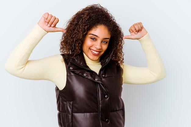 白の若いアフリカ系アメリカ人女性は、誇りと自信を持っています。