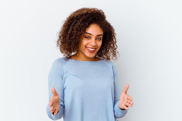 제품 프레 젠 테이 션 양손으로 뭔가 들고 흰색에 젊은 아프리카 계 미국인 여자.