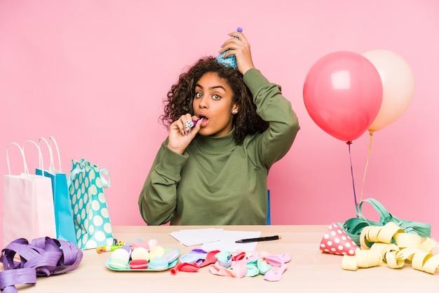 誕生日を計画している若いアフリカ系アメリカ人女性