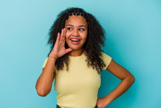 正面に興奮して叫んでいる若いアフリカ系アメリカ人の女性。