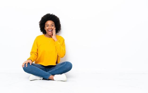 床に座っている若いアフリカ系アメリカ人女性