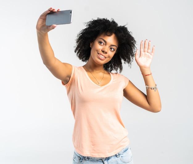젊은 아프리카 계 미국인 여자는 selfie를 복용
