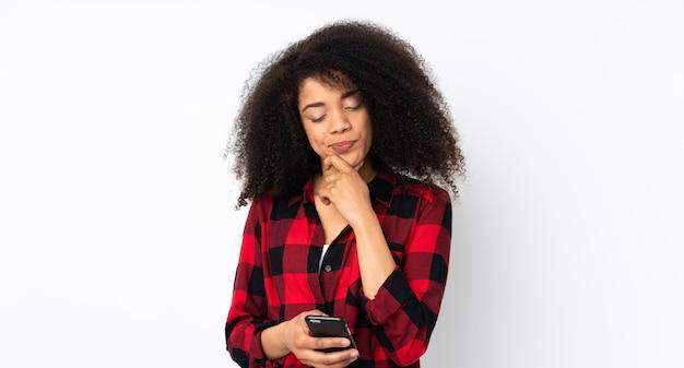 考えてメッセージを送信する若いアフリカ系アメリカ人女性