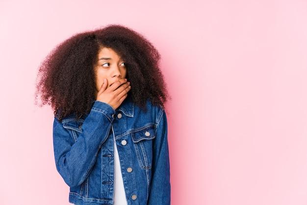 사려 깊은 젊은 아프리카 계 미국인 여자 손으로 입을 덮고 복사 공간을 찾고.