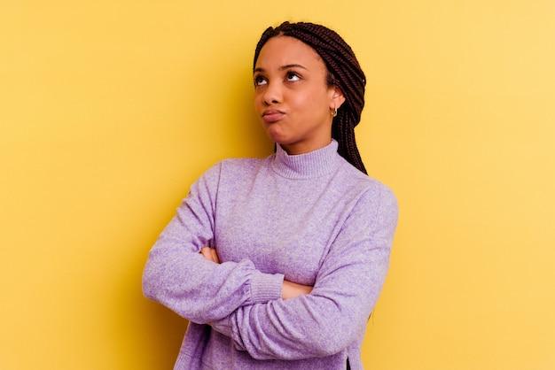 繰り返しの仕事にうんざりしている若いアフリカ系アメリカ人の女性。