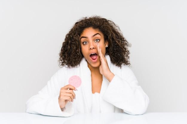 Молодая афро-американская женщина с помощью лицевого диска кричит возбужденно.