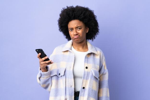 고립 된 휴대 전화를 사용 하여 젊은 아프리카 계 미국인 여자