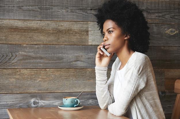 スマートフォンを使用して若いアフリカ系アメリカ人の女性