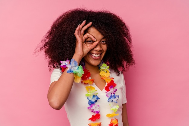 하와이 물건을 입고 젊은 아프리카 계 미국인 여자는 눈에 확인 제스처를 유지 흥분.