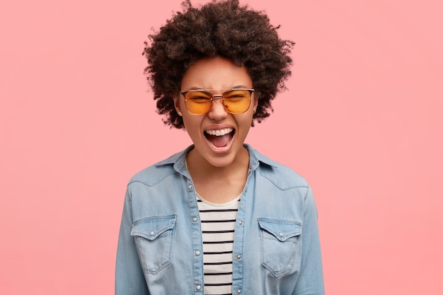 色のサングラスをかけている若いアフリカ系アメリカ人女性