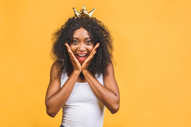 女王の黄金の王冠を身に着けている若いアフリカ系アメリカ人女性