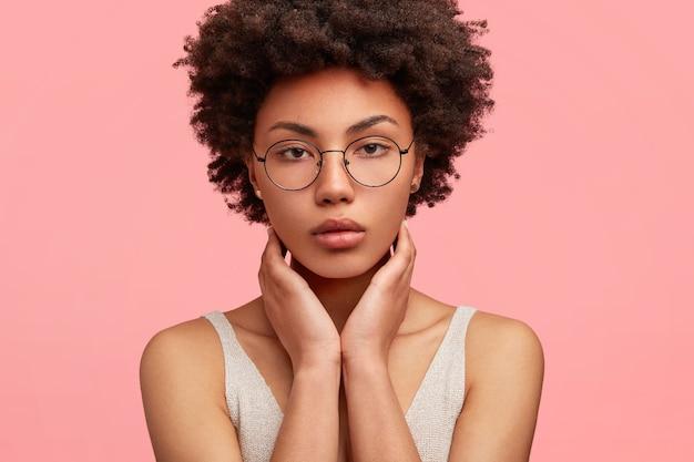 丸い眼鏡をかけている若いアフリカ系アメリカ人女性