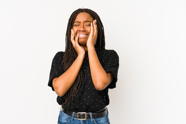 若いアフリカ系アメリカ人の女性は、寂しく泣き叫びます。
