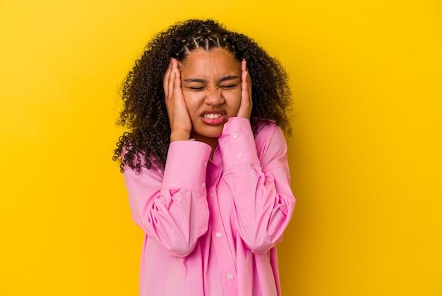 Молодая афро-американская женщина плачет и плачет безутешно.