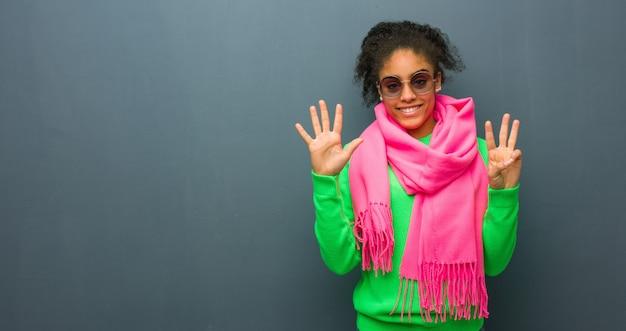 番号8を示す青い目をした若いアフリカ系アメリカ人女性