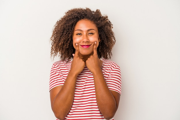 2つのオプションの間で疑う白い背景で隔離の巻き毛を持つ若いアフリカ系アメリカ人女性。