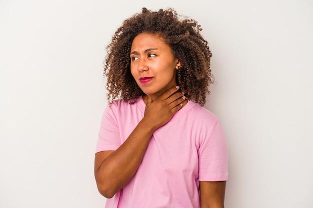 頭の後ろに触れて、考えて、選択をする白い背景で隔離の巻き毛を持つ若いアフリカ系アメリカ人の女性。