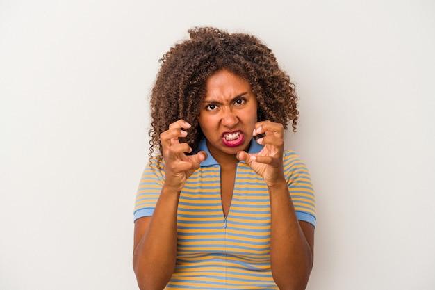 白い背景で隔離の巻き毛の若いアフリカ系アメリカ人女性は、緊張した手で叫んで動揺します。