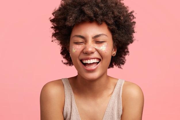 顔にキラキラと若いアフリカ系アメリカ人女性