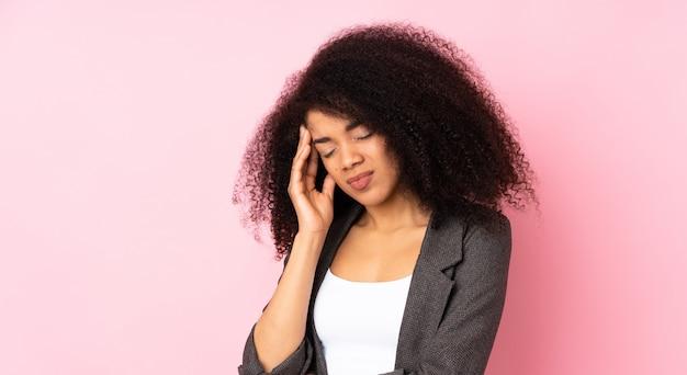 두통을 가진 젊은 아프리카 계 미국인 여자