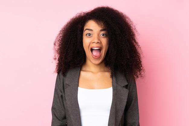 驚きの表情を持つ若いアフリカ系アメリカ人女性