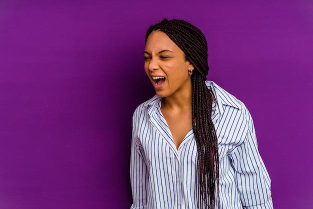Молодая афро-американская женщина молодая афро-американская женщина кричала очень сердито, концепция ярости, разочарование.