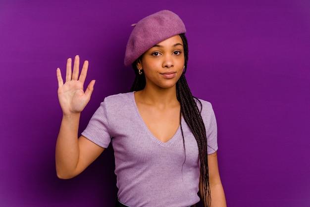 젊은 아프리카 계 미국인 여자 손가락으로 번호 5를 보여주는 명랑 웃 고 젊은 아프리카 계 미국인 여자.