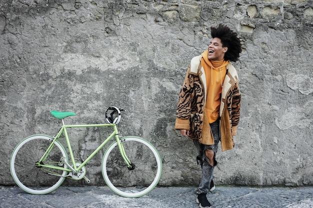 도시에서 야외에서 자전거를 가지고 노는 젊은 아프리카 소년 - 얼굴에 집중