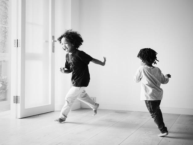 그들의 새 집에서 노는 젊은 아프리카 소년