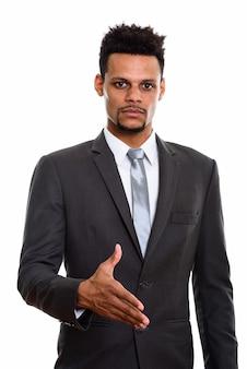 白で隔離の握手を与える若いアフリカの実業家