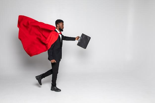 Молодой африканский бизнесмен-герой работает с делом