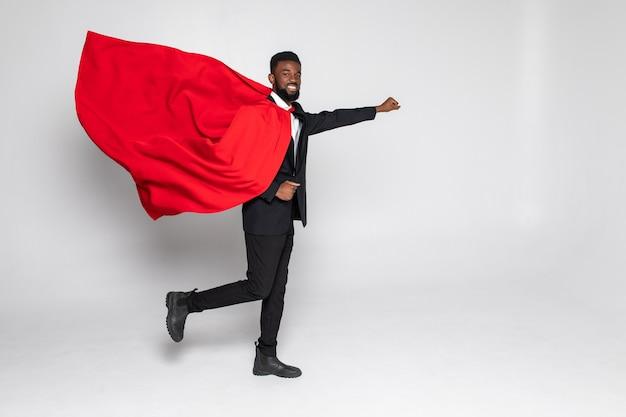 Молодой африканский бизнесмен-герой работает с кулаком вверх