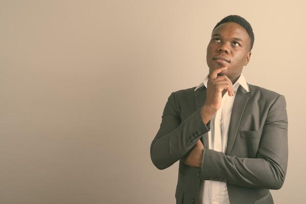 양복을 입고 젊은 아프리카 사업가